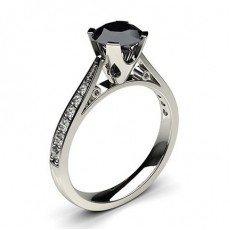 Schwarzer Diamant Verlobungsring medium mit Seitensteinen in einer 4er-Krappenfassung