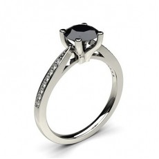 Dünner schwarzer Diamant Verlobungsring mit Seitensteinen in einer 4er-Krappenfassung