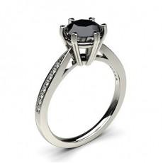 Dünner schwarzer Diamant Verlobungsring mit Seitensteinen in einer 6er-Krappenfassung