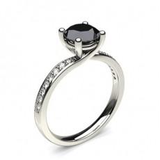 Schwarzer Diamant Verlobungsring mit Seitensteinen in einer 4er-Krappenfassung